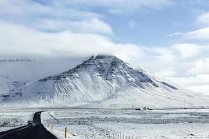 snöig väg på vintern
