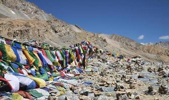 buddhistiska bönflaggor och stenpyramider