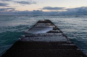 vågbrytare på den berömda waikiki-stranden foto