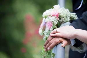 bröllop, ringar och bukett foto