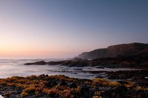 stenig kust i sydvästra alentejo, portugal foto