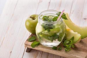 smaksatt infunderat vattenblandning av äpple, mynta och melon