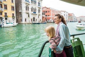 mamma och baby flicka reser med Venedig vattenbuss