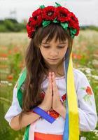 liten ukrainsk tjej ber för fred