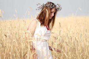 flicka i fältet
