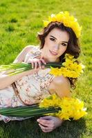 glad leende flicka med gula blommor