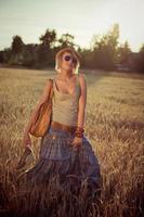 ung kvinna på vetefält