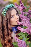 vårflicka med lila blommor