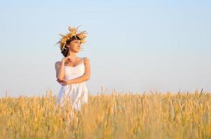 flicka på vete fält