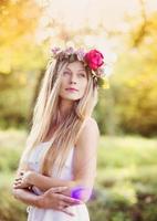 vacker kvinna med blommakrans.