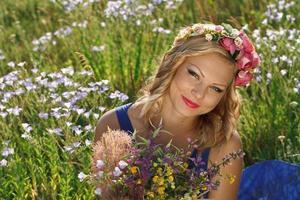 vacker ung flicka med blommor