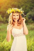 vacker kvinna i krans av blommor