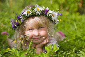 glad liten flicka på grön äng