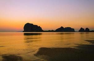 solnedgång på pak meng-stranden, trang thailand foto