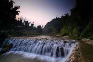 vattenfall i regnskog foto