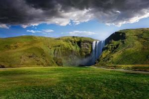 kraftfullt skogafoss vattenfall på Island