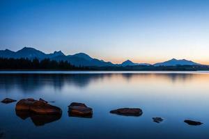 blå timme vid sjön hopfen