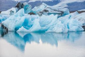 avskildhet över isberget i islagunen - jokulsarlon, island.