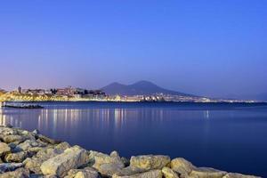 hamn av napel med berget vesuvius i bakgrunden