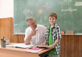 barn i skolan foto