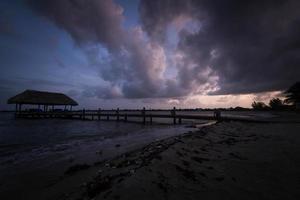 lusthus solnedgång i Belize foto
