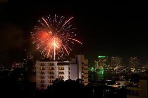 fyrverkerier exploderar i Pattaya stad foto
