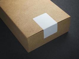 papperslåda med vit klistermärke foto