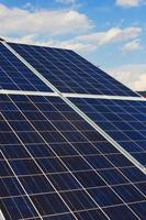 tak med solpanelceller - detalj. foto