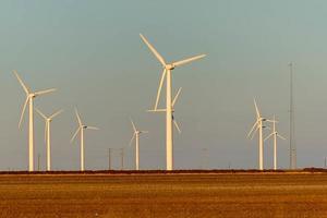 förnybar energi - vindkraftverk med bomullsfält foto