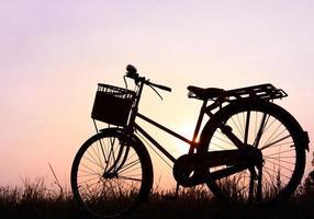 vacker landskapsbild med siluettcykel vid solnedgången