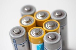 isolerade batterier på vitt foto