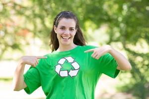 glad miljöaktivist i parken foto