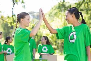 glada miljöaktivister i parken foto