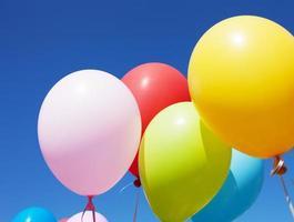 mångfärgade ballonger foto