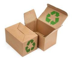 kartonger med återvinningssymbol foto