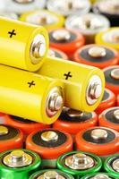 komposition med alkaliska batterier. kemiskt avfall foto