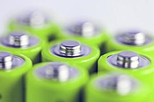 närbild av den positiva sidan av batterier foto