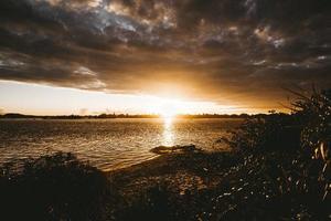 solnedgång över lugnt hav på sommaren foto