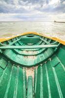 träbåt på den baltiska stranden foto