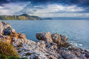 dramatisk vårsolnedgång på cape milazzo foto