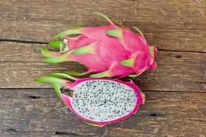 rosa pitaya på träbord närbild