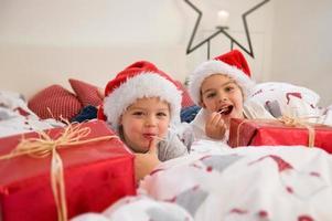 barn med julklappar foto