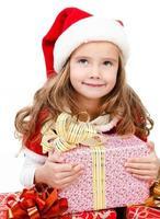 glad söt liten flicka med julkartongaskar foto