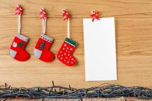 strumpor för santa gåvor som hänger på ett rep foto