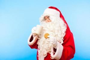 jultomten med gåvor som isoleras på vitt foto