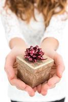 kvinna ger gåva foto