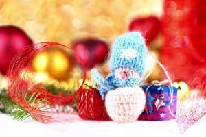 liten snögubbe och juldekorationer foto