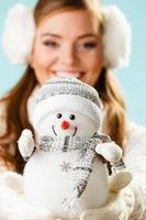 flicka med xmas snögubbe.
