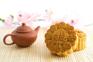 traditionella mooncakes med tekanna foto