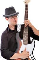 bassist som spelar musik foto